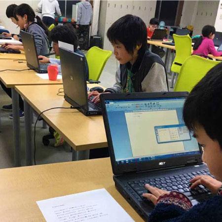 パソコンに夢中の子供